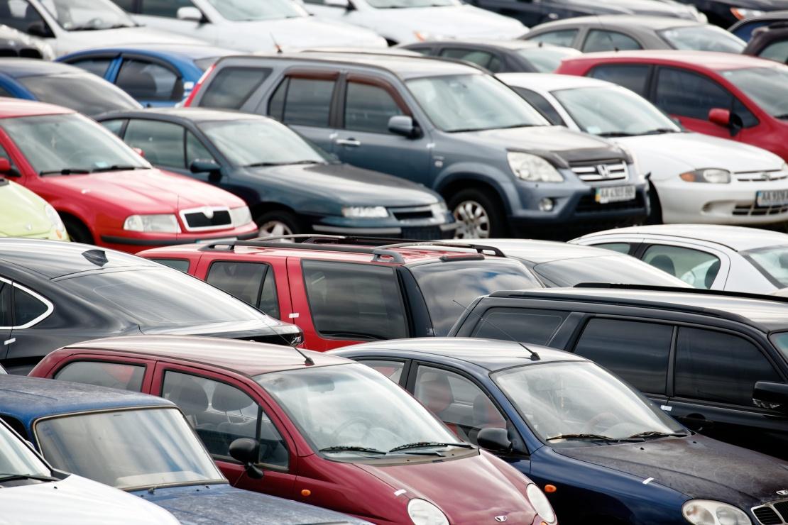 Розмаїття автівок на майданчику може задовольнити будь-якого покупця.
