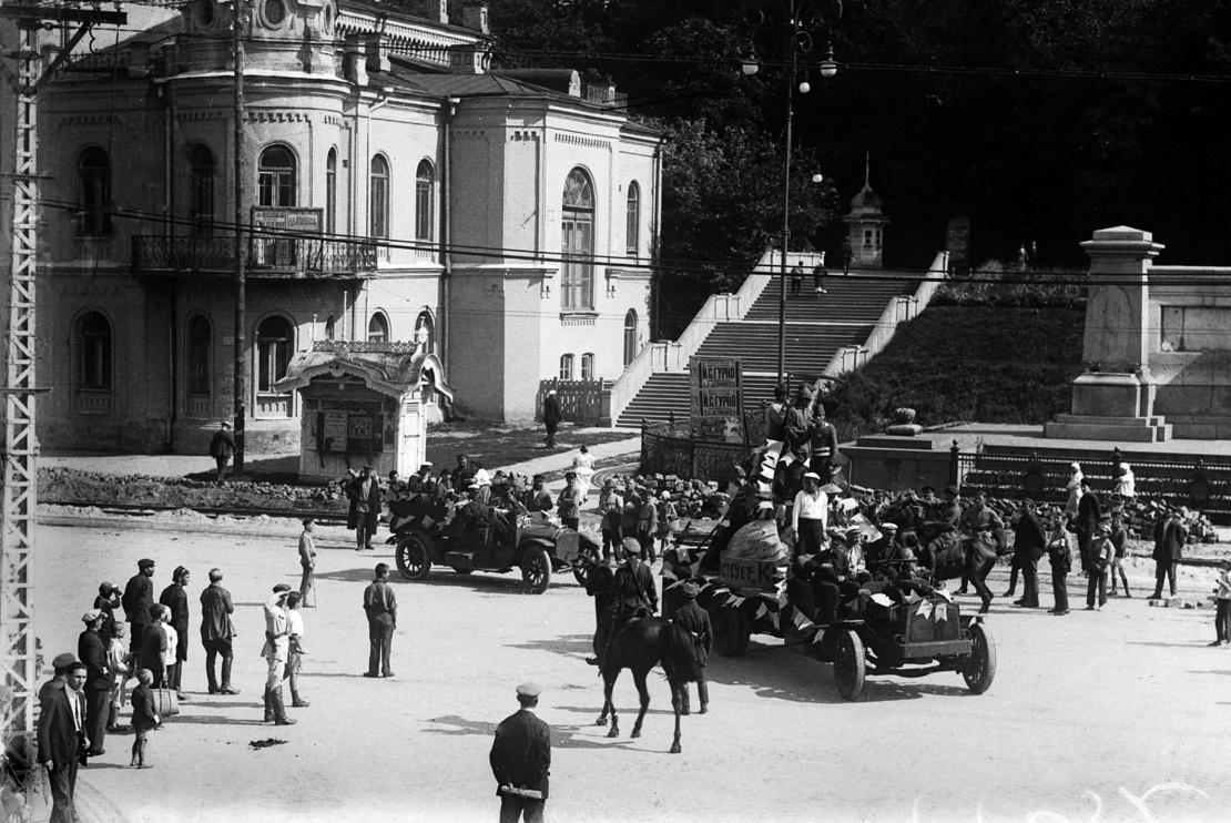 Будинок піонерів (зараз Національна філармонія України) і вхід у Пролетарський сад (зараз Хрещатий парк біля Європейської площі), 1925 рік.