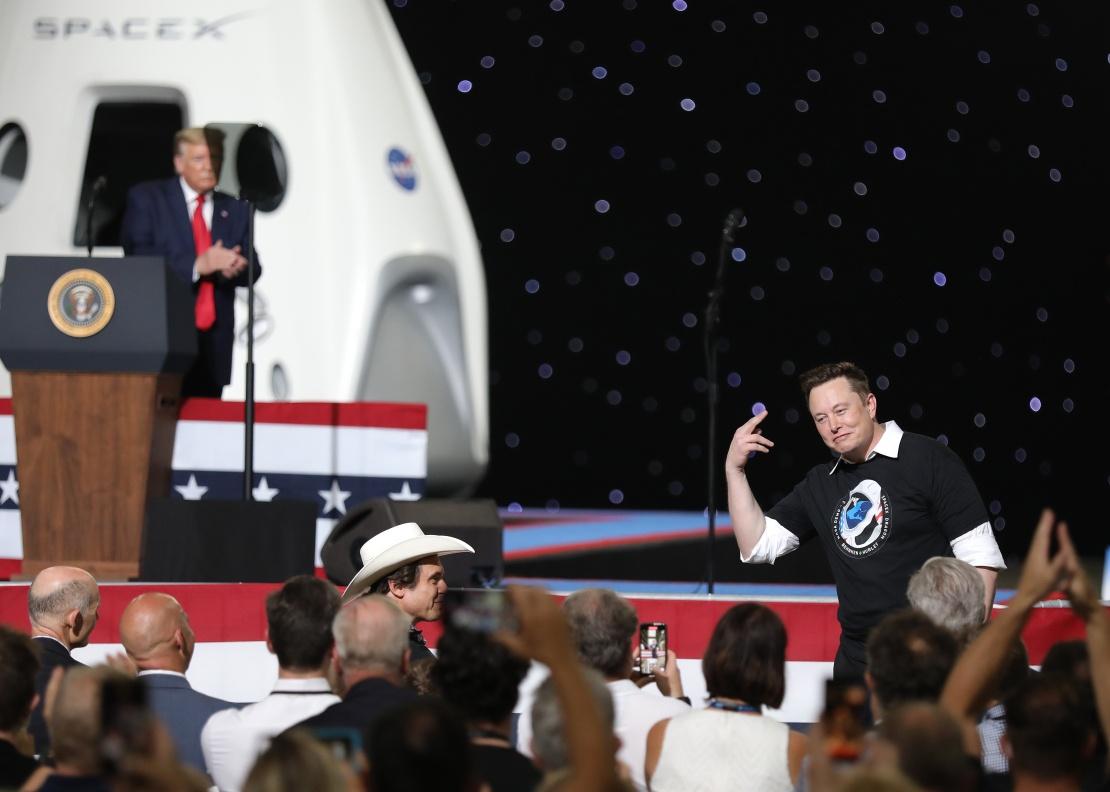 Президент США Дональд Трамп выражает признательность основателю SpaceX Илону Маску после успешного запуска ракеты Falcon 9 с пилотируемым кораблем Crew Dragon в Космическом центре имени Кеннеди, 30 мая 2020 года.