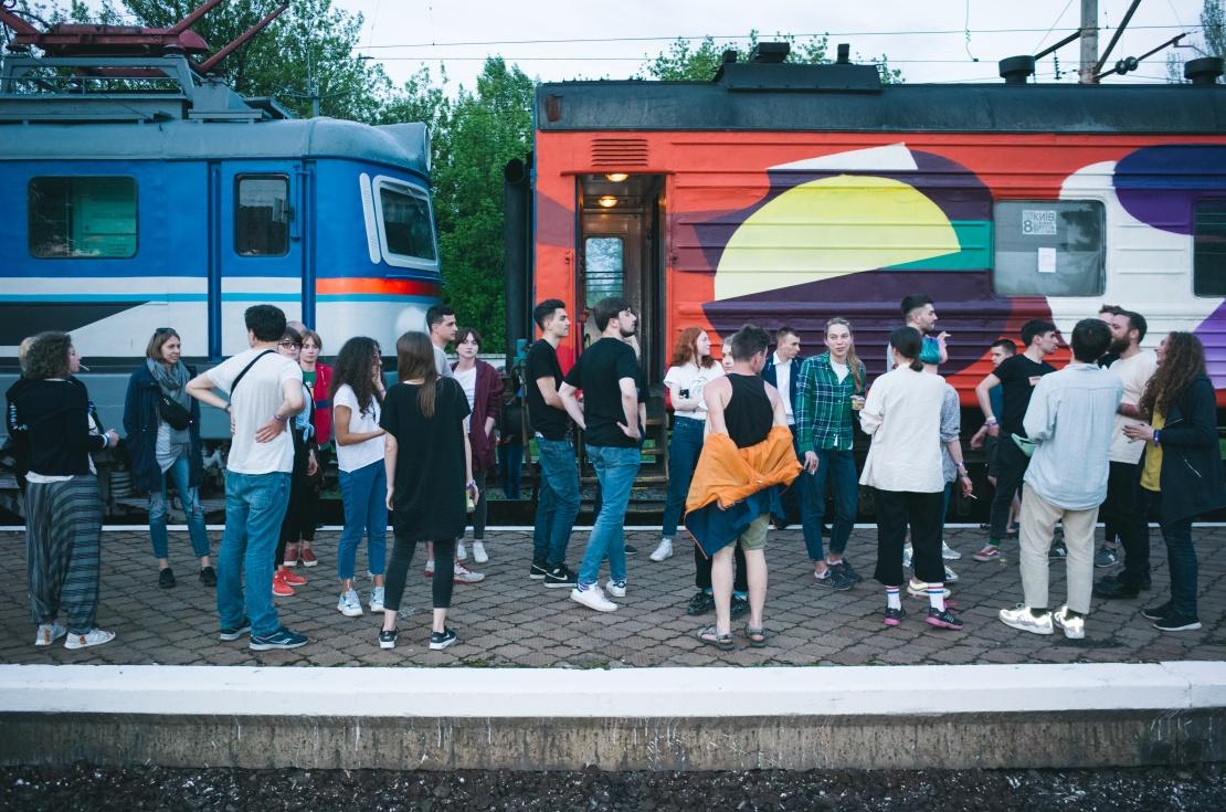 Арт-поїзд «Гоголь-трейн» на пероні вокзалу у Волновасі.