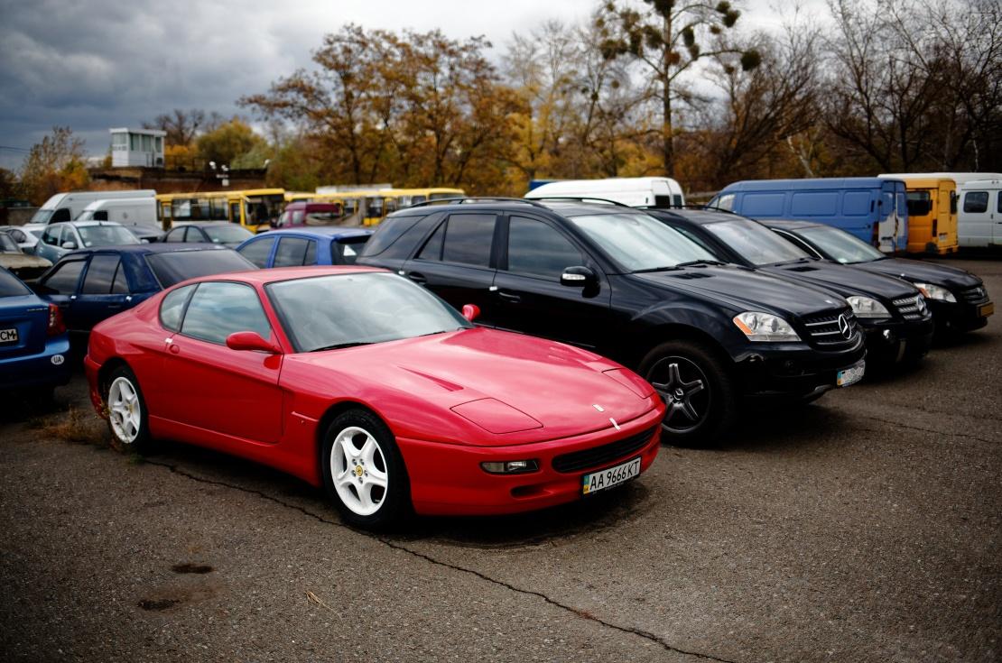 Цей Феррарі 456 GT 1998 року арештований через борг за аліментами. Але покупців на нього не знайшлось навіть після зниження ціни з двох до одного мільйона гривень.