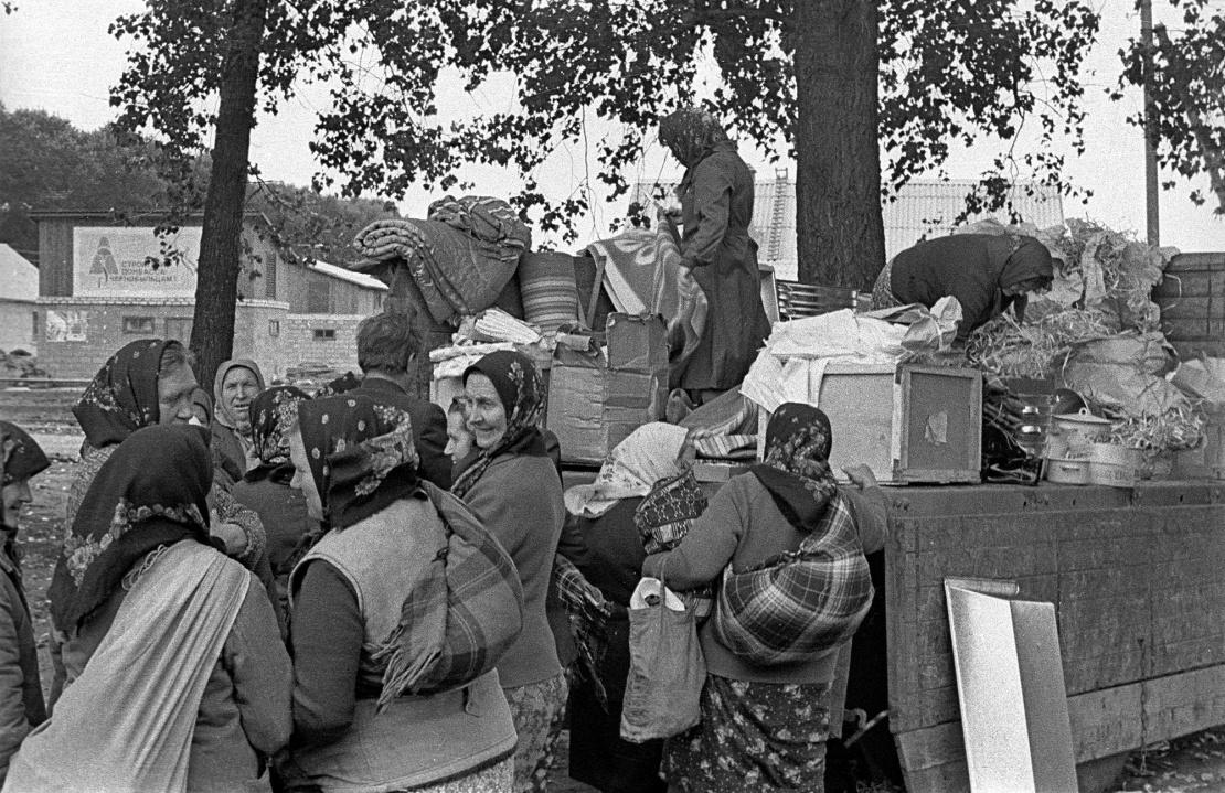 «Автолавка» з товарами першої необхідності для переселенців із Чорнобильської зони відчуження. 1986 рік.