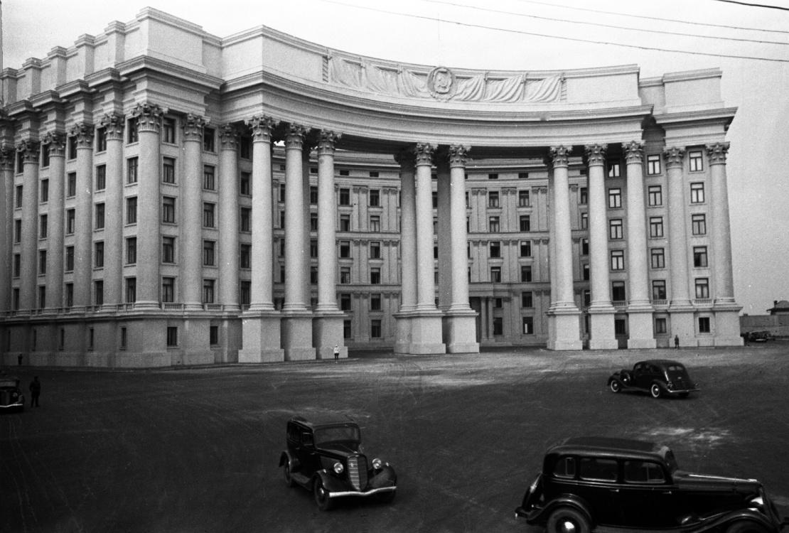 Центральний вхід і площа перед будівлею ЦК КП(б)У в Києві до 1941 року.