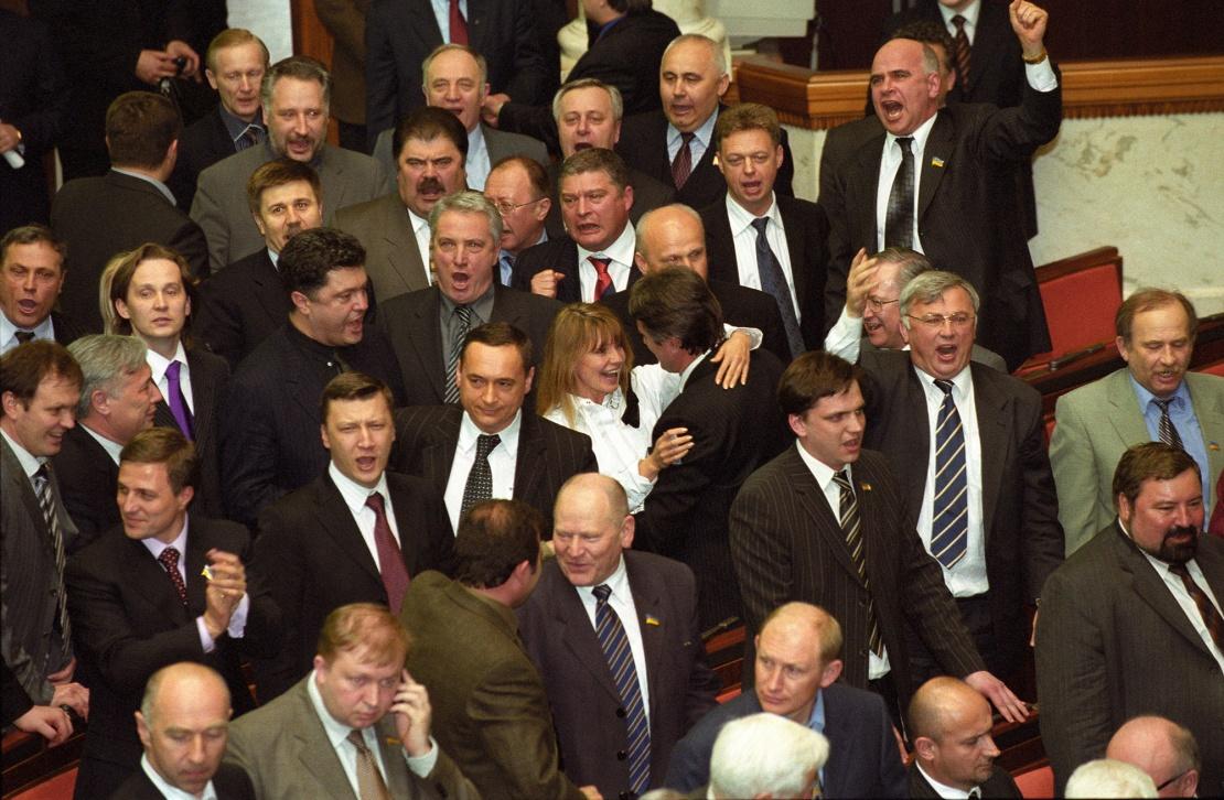 8 апреля 2004 года. Остается восемь месяцев до выборов президента, на которых победит кандидат от оппозиции Виктор Ющенко. Провластные силы предлагают внести изменения в Конституцию: главой исполнительной власти должен стать премьер-министр. Оппозиция едва-едва, но все же проваливает поправки к Основному закону; провластным депутатам не хватает шести голосов.