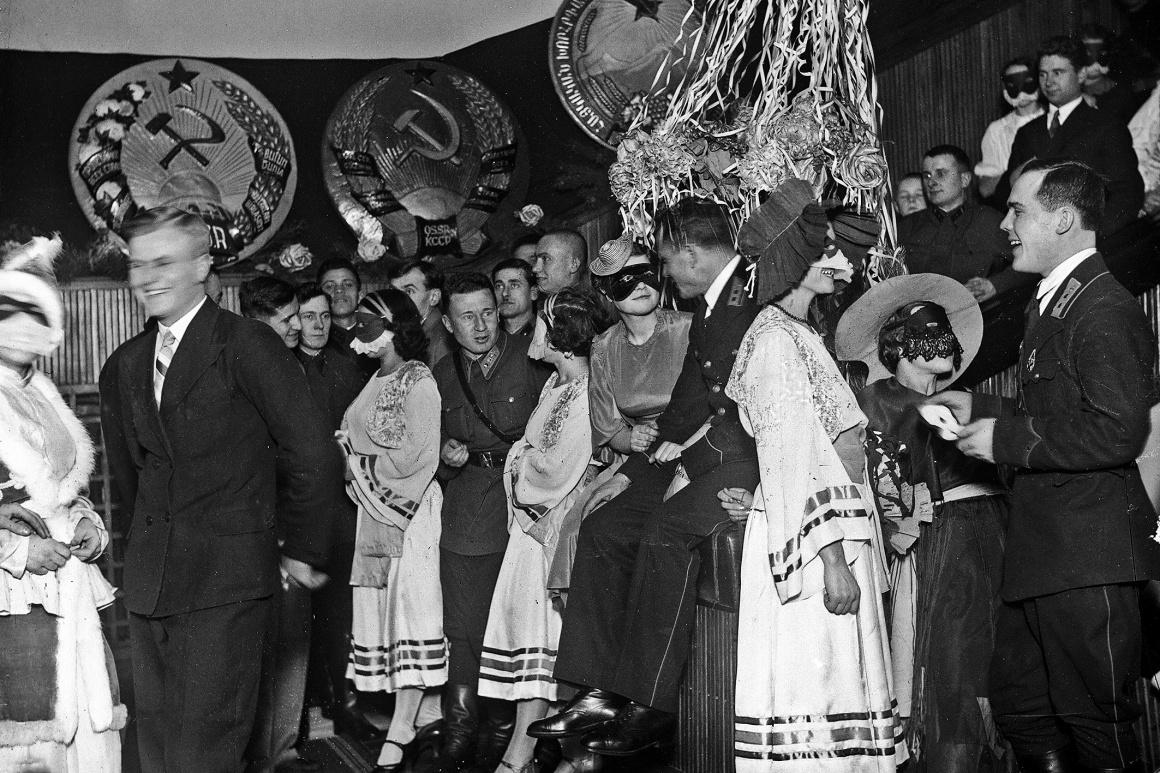 Новорічний бал-маскарад у будинку Червоної Армії в Харкові, 1937 рік.