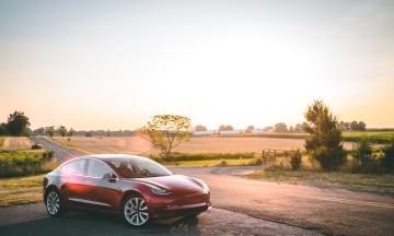 Tesla запустила нову функцію безпеки. Електрокари від зломів і крадіжок захищатиме особлива сигналізація
