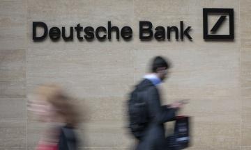 Deutsche Bank скорочує 18 тис. працівників в усьому світі. Менеджери плачуть і фотографуються на пам'ять на фоні логотипу