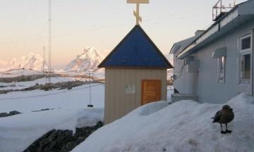 Українські полярники в Антарктиді розчистили снігові двометрові замети на шляху до каплиці, щоб відзначити Різдво