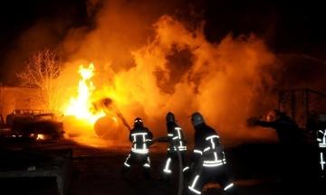 Прокуратура назвала причини нічних вибухів і пожежі в Кропивницькому, яку гасили всю ніч