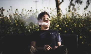 Рада запретила продажу электронных сигарет несовершеннолетним