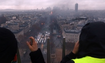 Протести «жовтих жилетів»: прем'єр Франції оголосить мораторій на підвищення податків на паливо