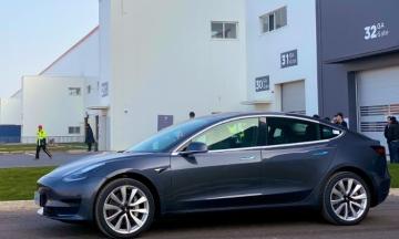 Tesla поставила 15 перших електрокарів, зібраних у Китаї. Машини викупили працівники фабрики