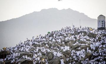 Більше двох мільйонів мусульман піднялися на гору Арафат для молитви. Фотографія