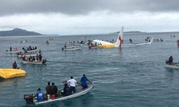В Мікронезії Boeing з пасажирами не долетів до посадочної смуги і впав у море. Людей рятували на рибальських човнах. Фотографія