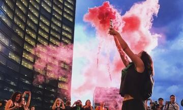 «Глиттерний протест»: феминистки Мехико облили начальника полиции розовыми блестками и снесли автобусную остановку