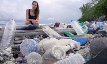 На віддалених Кокосових островах знайшли 238 тонн пластикового сміття. Серед них купа взуття та зубних щіток