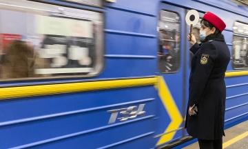 У Києві метро відновило роботу після падіння пасажира під поїзд на станції «Арсенальна»