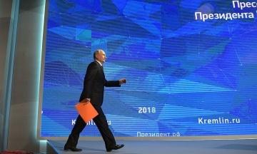 Путін запропонував видавати разом з паспортом РФ примірник Конституції