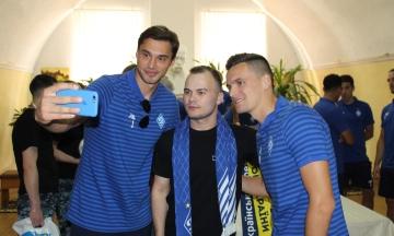 Освобожденных моряков навестили футболисты ФК «Динамо-Киев»