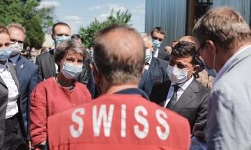 Зеленський із президентом Швейцарії прибули на Донбас. Вони зустріли гуманітарну допомогу