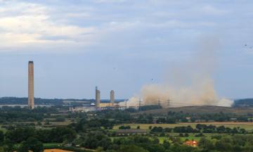 У Великій Британії демонтували стару електростанцію Дідкот. Вибух залишив без світла 40 тисяч осіб