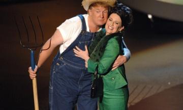 Трамп опублікував у Twitter відео, де він співає пісеньку в костюмі фермера в руках. Ніхто не зрозумів, навіщо