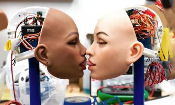 Секс-роботы с искусственным интеллектом правдоподобно стонут и помнят привычки хозяев. Могут ли они сделать мужчин агрессивными, а женщин одинокими — пока неясно