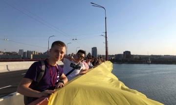 В Днепре провели флешмоб в поддержку освобожденных пленников и развернули стометровый флаг