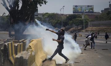 Протести у Венесуелі: маніфестанти застосовують міномети, а Мадуро пропонує «день національного діалогу»