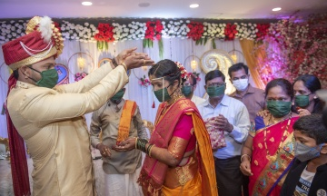 Из-за пандемии коронавируса в Индии родители тайно выдают несовершеннолетних дочерей замуж за взрослых мужчин, чтобы прокормить семью.  Жену можно купить меньше чем за 20 тысяч гривен