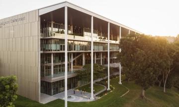 У Сінгапурі для студентів звели нову будівлю, яка повністю забезпечує себе енергією. На її даху 1200 сонячних батарей