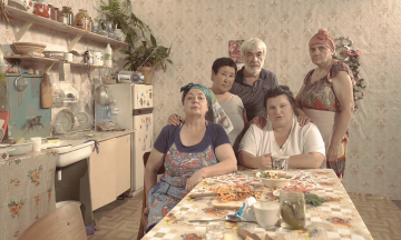 «Мамин суп і татовий борщ». Реперка alyona alyona випустила новий кліп про ідентичність людини