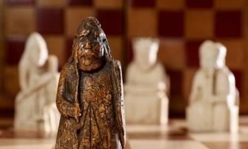 На аукціоні в Лондоні виставили шахову фігуру XII століття, яку випадково знайшла родина з Шотландії. Ціна стартує від 1 млн фунтів
