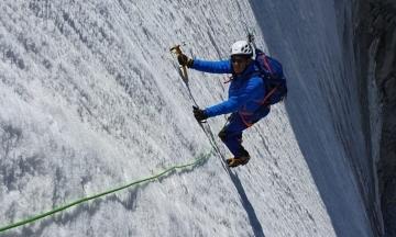 Французький політик похизувався фото, де він нібито підкорює гірську вершину. Йому не повірили