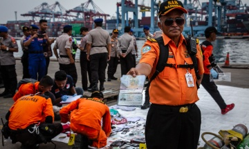 Крушение самолета в Индонезии: обнаружены останки 10 погибших, водолазы продолжают поиски