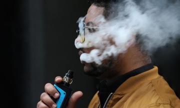 Медики виявили в легенях вейперів опіки, які бувають від хімічної зброї. Схоже, причина у шкідливих домішках тільки на території США