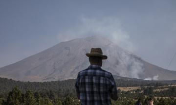 В Мексике объявили высокий уровень опасности из-за извержения дыма и лавы из вулкана Попокатепетль