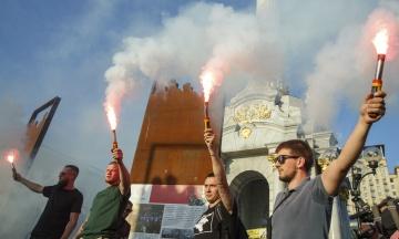 На Майдані мітингували проти реєстрації Клюєва та Шарія кандидатами в депутати. Завтра ЦВК має її переглянути — фоторепортаж theБабеля