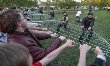 «Кто не скачет — тот за храм!» В российском Екатеринбурге два дня протестуют против застройки сквера