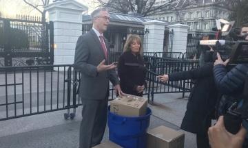 Під Білий дім принесли сміття з національних парків США. Його не прибирають через «шатдаун»