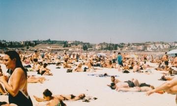 На курорте в Черногории решили ввести правила внешнего вида и поведения. Туристам грозят штрафы до 700 евро