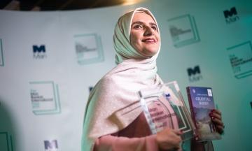 Букерівську премію отримала письменниця з Оману. Хто вона?