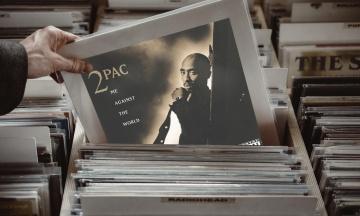 В США чиновник два года присылал коллегам песни и цитаты рэппера Тупака. Его уволили после самой массовой рассылки на 4 300 мейлов
