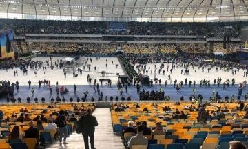 На «Олимпийском» — два концерта перед дебатами. Артисты со сцен Зеленского и Порошенко перекрикивают друг друга