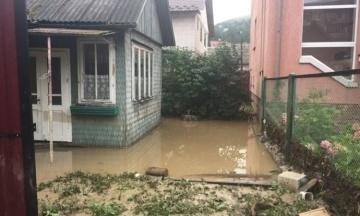 Через зливи в Рахові Закарпатської області обвалився міст