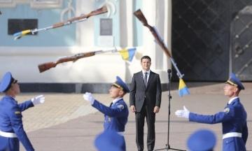 Зеленский поднял флаг Украины на Софийской площади в Киеве