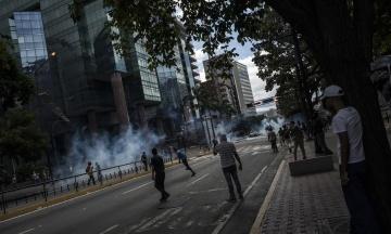 Протесты в Венесуэле: во время столкновений погибли 16 человек, среди них — подросток