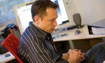 Акції Tesla впали на 9% після того, як Маск розповів, що погано спить