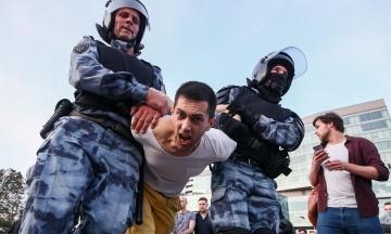 В Москве задержали более 500 митингующих. Росгвардейцы «пакуют» людей в автозаки и лупят дубинками
