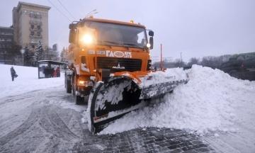 Україну завалило снігом. Які траси стоять у пробках, а де вже можна проїхати?